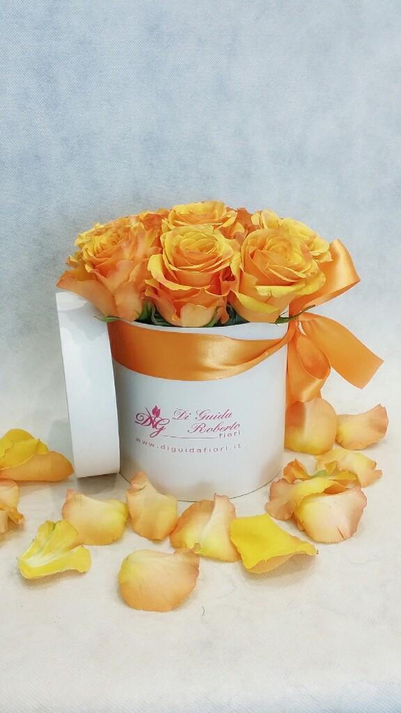 fiori in scatola cilindrica piccola