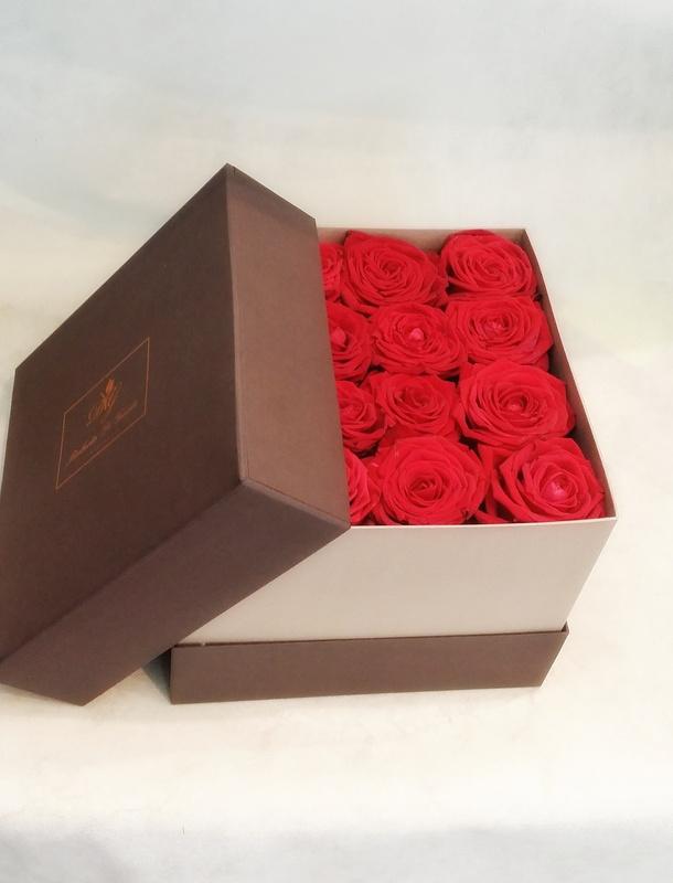 fiori in scatola quadrata con rose rosse