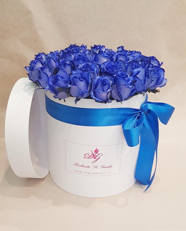 fiori in scatola cilindrica grande bianca con rose blu