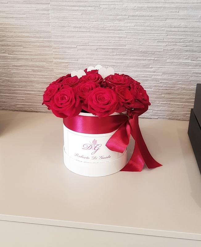 fiori in scatola cilindrica grande piccola con rose rosse