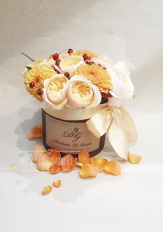 fiori in scatola cilindrica piccola con rose inglesi