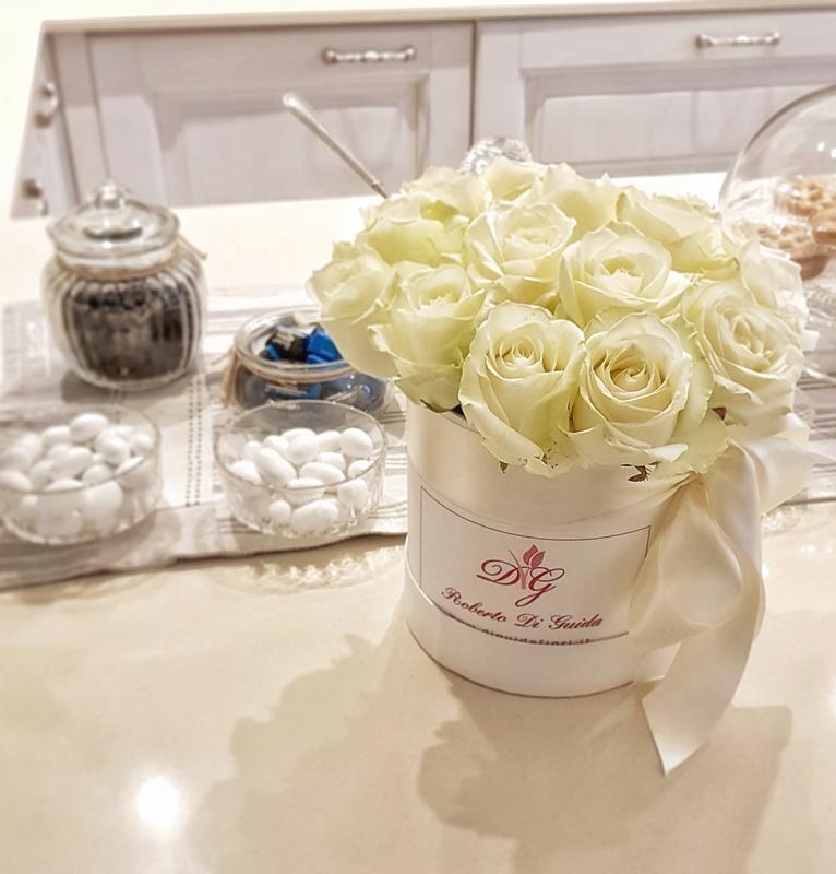 fiori in scatola cilindrica piccola con rose bianche