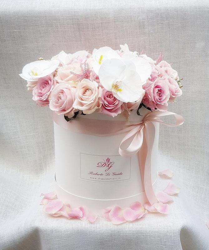 fiori in scatola cilindrica grande bianca con rose e orchidee