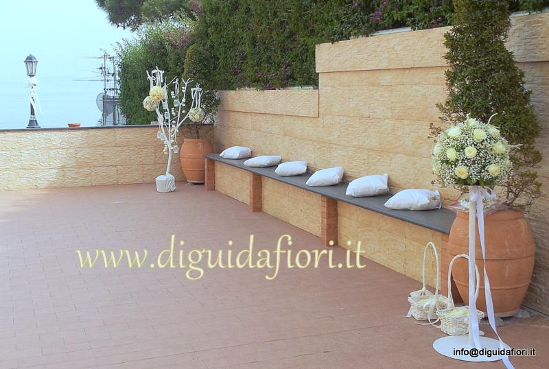 La terrazza della Chiesa di Santa Maria del Faro – addobbi floreali per matrimoni total white