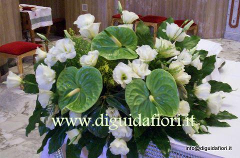 addobbo floreale con lisantus e anthurium