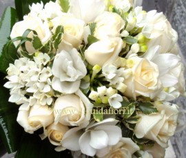 bouquet da sposa con rose vendela e curcuma bianchi