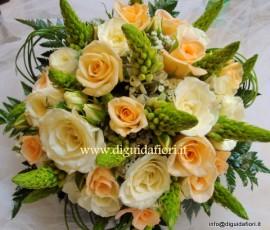 bouquet da sposa con rose e ornitogalli