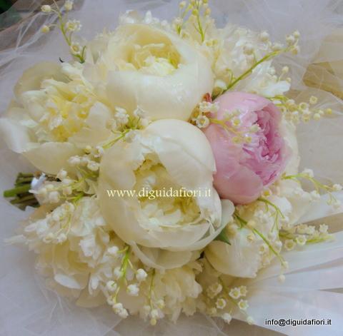 bouquet da sposa con mughetti e peonie bianche e rosa