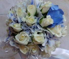 bouquet da sposa con rose bianche e ortensie turchese/blù