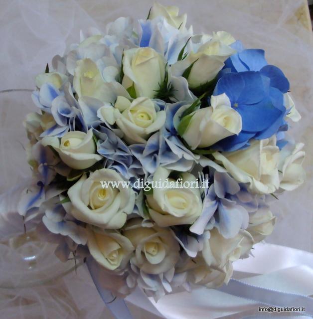 bouquet da sposa a sfera con rose bianche e ortensie di color turchese