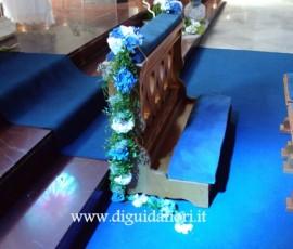 composizione floreale per inginocchiatoio in chiesa