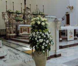 composizioni floreali in anfore di terracotta bianca