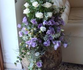 composizione floreale in anfora di terracotta