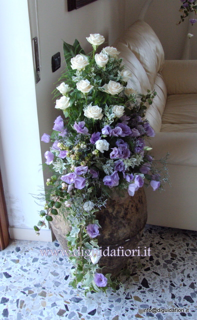 Composizione floreale in anfora di terraccotta fiorista - Addobbi casa della sposa ...