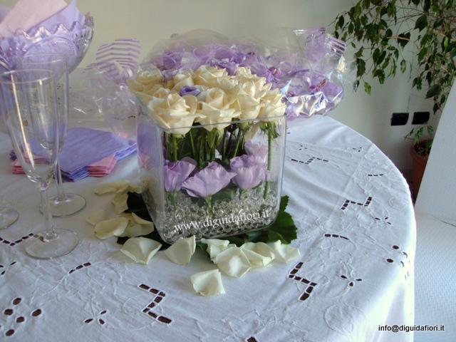 Composizione floreale in vaso di vetro quadrato fiorista for Addobbi tavoli matrimonio con candele