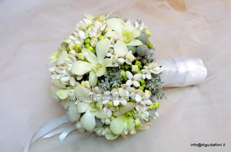 Bouquet da sposa con bouvardia e orchidee dendrobium