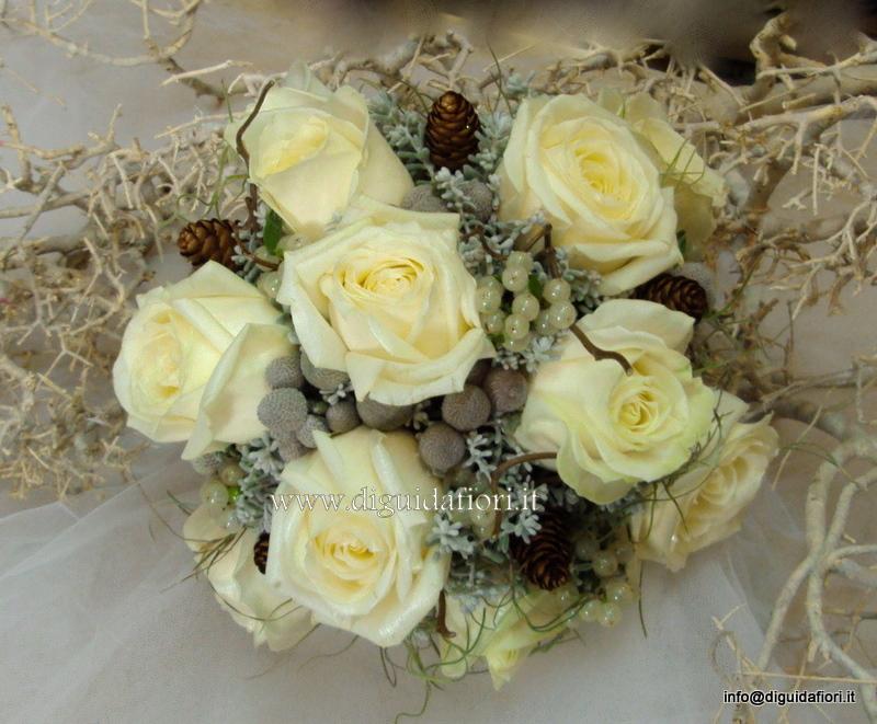 Bouquet da sposa con rose avalanche e vischio