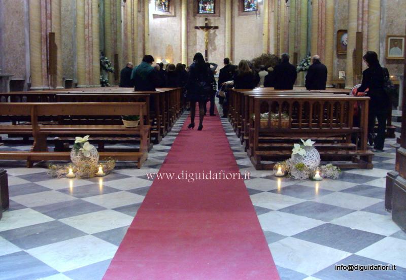 Composizioni floreali per la navata della chiesa