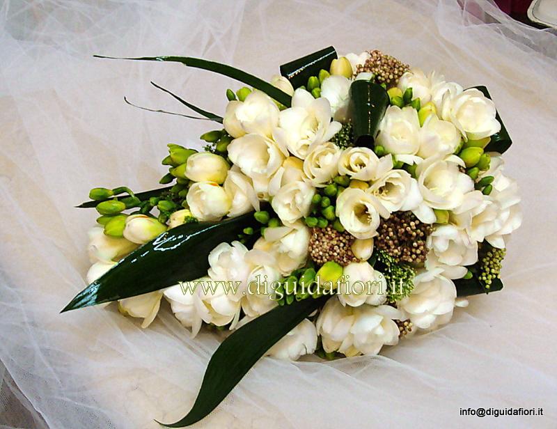 Bouquet da sposa con fresie pendente – Matrimonio sposa Napoli