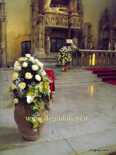 Anfore Con Fiori.Composizione Floreale In Anfora Di Terracotta Chiesa Santa