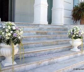 composizioni floreali in anfore bianche