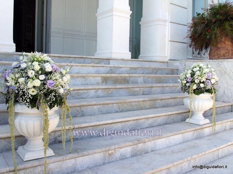 Composizioni floreali in anfore bianche per matrimoni – Fiorista Napoli