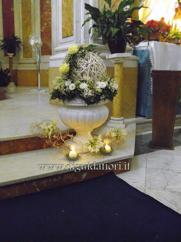 Composizione floreale in anfora bianca – Nozze Napoli