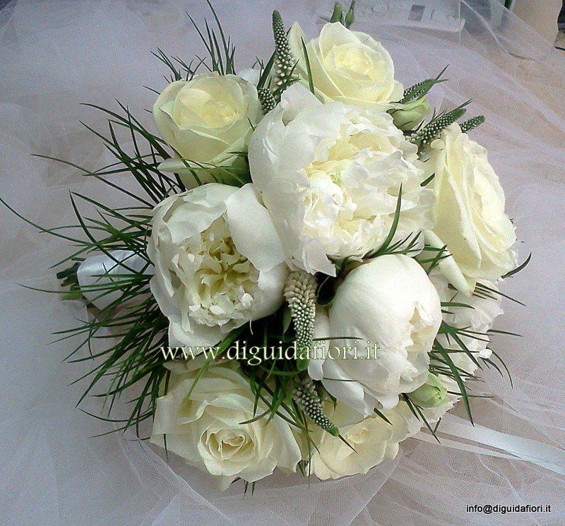 Rose Avalanche E Ortensie : Bouquet da sposa con rose avalanche e peonie