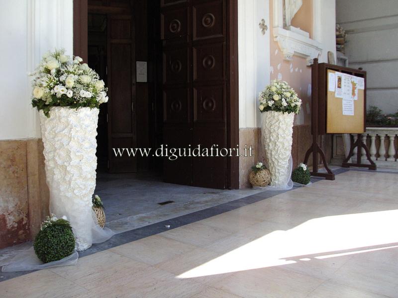 Composizioni floreali in vasi bianchi – Matrimonio ingresso Chiesa di Santa Lucia