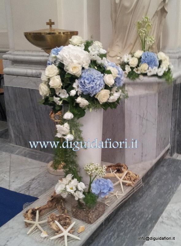 Addobbo floreale con rose bianche e ortensie celesti – Matrimonio tema marino