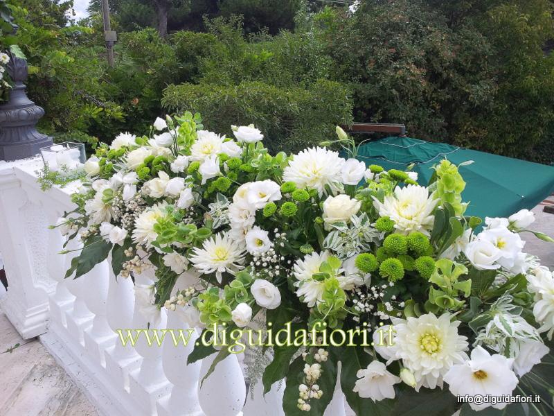 Composizione floreale con dalie e lisianthus bianchi – Matrimonio in Villa Cilento