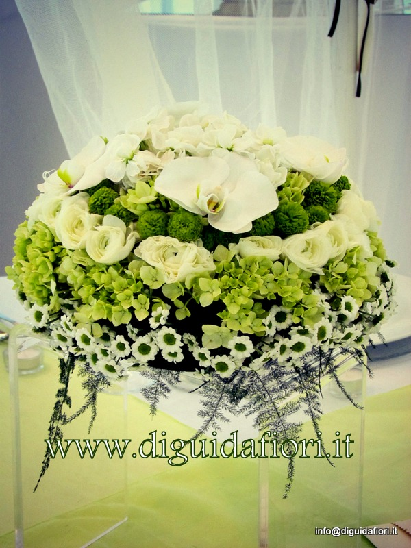 Centrotavola floreale bianco e verde – addobbi floreali per ricevimenti