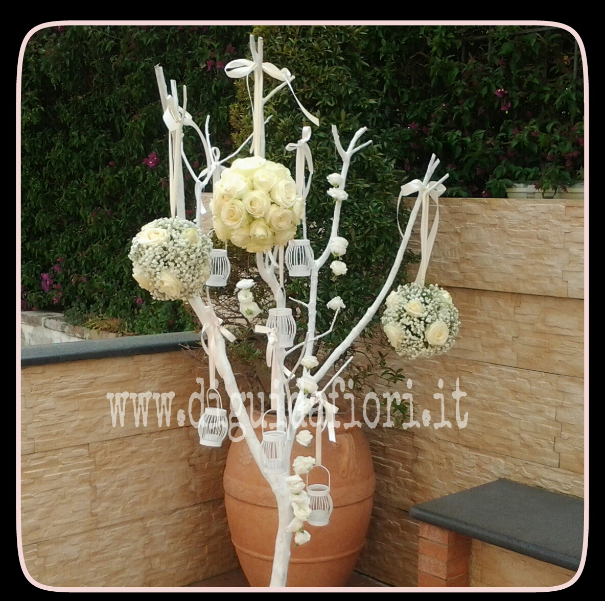 Addobbo floreale per matrimoni – tralcio ramificato con sfere di fiori e candele total white