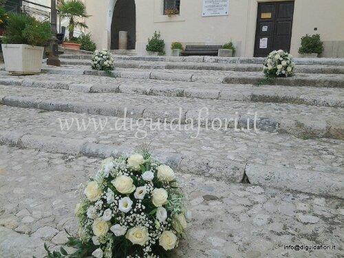 Matrimonio al Duomo di Caiazzo –  composizioni floreali all'ingresso della chiesa
