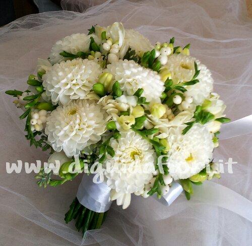 Bouquet da sposa con Dalie e Fresie – Total white
