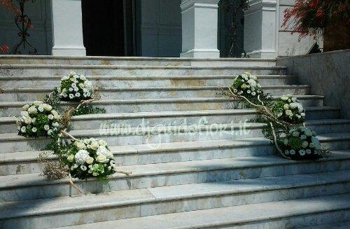 Composizioni floreali a sfera per matrimoni – Ingresso Villa Cilento Posillipo Napoli