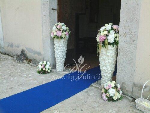 Addobbo floreale con rose avalanche e ortensie – Matrimonio a Caserta