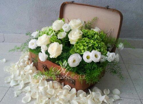 """Composizione floreale in una valigia antica – tema matrimonio """" un viaggio chiamato amore"""""""