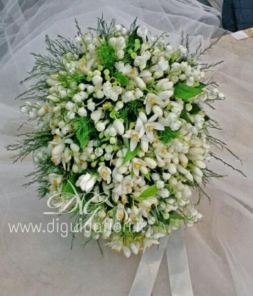 Bouquet da sposa con fiori d'arancio e mughetti