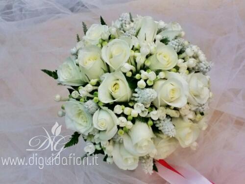 Bouquet da sposa con rose, bouvardia e muscari