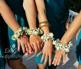 Bracciali di roselline e nebbiolina per le damigelle d'onore