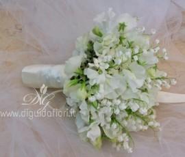 Bouquet da sposa con mughetti e fiori di pisello odoroso