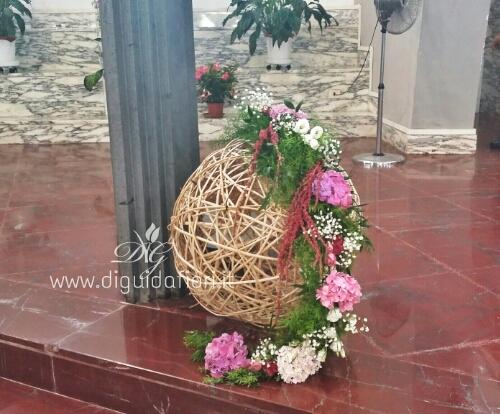 Composizione floreale con sfera di midollino – Matrimonio Napoli