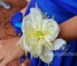Bracciale per damigella con fiore di peonia bianco