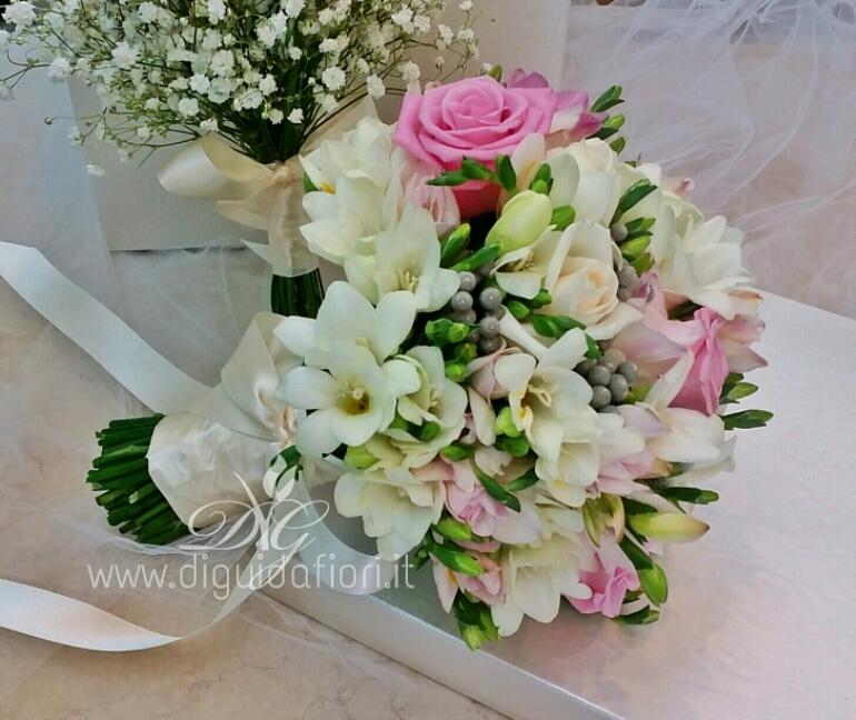 Bouquet da sposa con fresie e rose