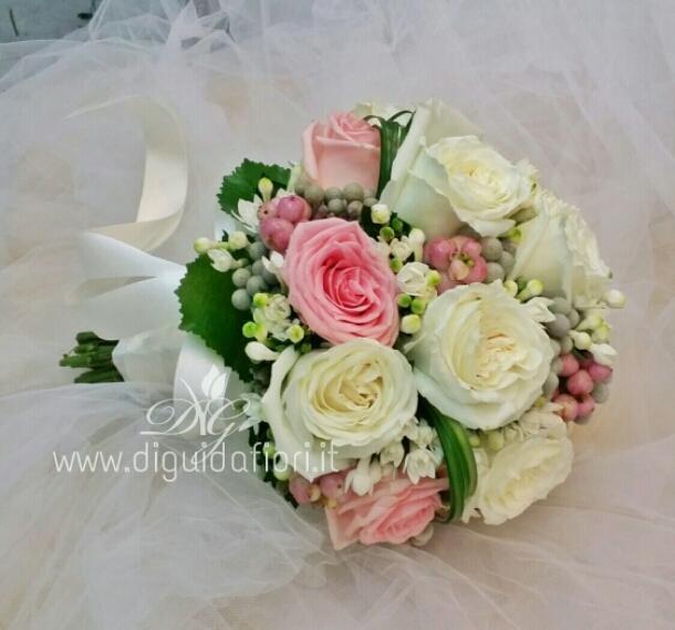 Bouquet da sposa con rose avalanche bianche e rosa