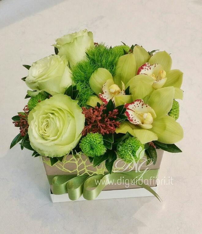 Fiori in scatola  – orchidee e rose verde mela