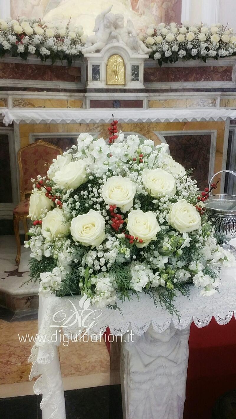 Addobbo floreale con rose e viole bianche – Idee per matrimonio
