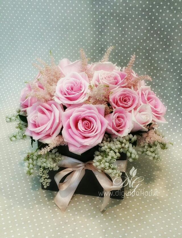 Fiori in scatola – rose lilla e astilbe rosa