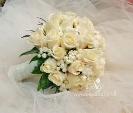 Bouquet da sposa con rose e bouvardia